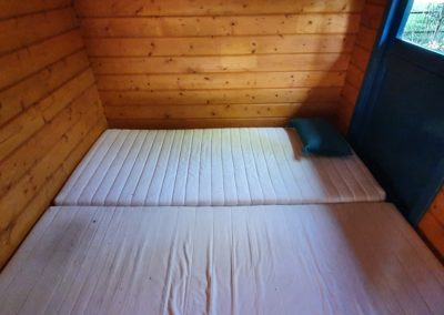 2-persoons bed van trekkershut